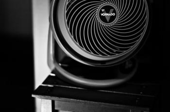 この小型の扇風機のようなものを、サーキュレーターといいます。扇風機で代用する人も多いですが、暖房で暖まった空気をお部屋全体に循環させて、暖房効率を高めるのに効果的◎