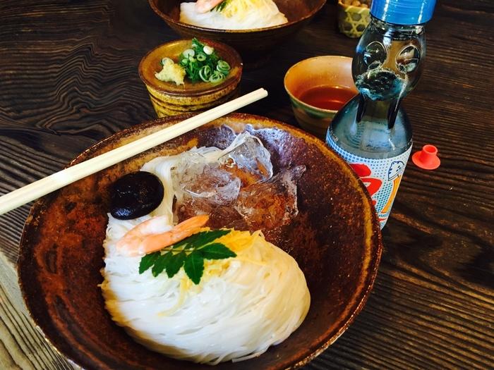 夏の食卓に欠かせない「素麺」は、実は季節を問わず活用できる便利な食材。ツルツルとした食感と喉越しの良さ、汁や具材と上手く絡まる麺の細さは、他の麺類にはない素麺ならではの美味しさですね。