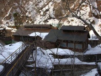 150年の歴史をもつ大岩湯へは、宿泊棟からこの橋を渡って入ることができます。