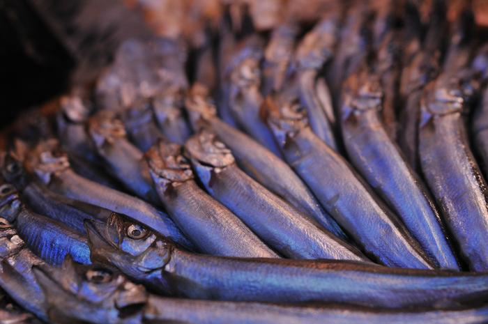ナンプラーは、日本でいう醤油に近い調味料です。ただし、原料は大豆ではなくカタクチイワシ。独特の匂いは、魚を発酵熟成させて作られた魚醤特有のものなんです。 魚の内臓や肉に含まれている酵素が、魚自身のタンパク質などを分解して作られているんですよ!