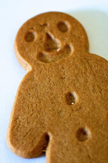 諸説あるのですが、生姜を病気予防のため食べることを広めたイギリスのヘンリー8世を表しているという説や、クリスマスのごちそうを買えない人がクッキーでごちそうをかたどったものを作った説などが挙げられています。
