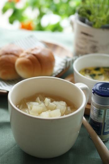 色とりどりなスープでなくとも、スープはおいしい♪コンソメスープと少しのスパイスで味を引き締め、食欲をかき立てる一杯が完成♪栄養だってちゃんと取れちゃいます。