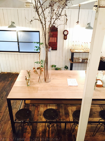 アンティーク家具とたくさんの植物に飾られた店内には、心地よい音楽が静かに優しく流れます。
