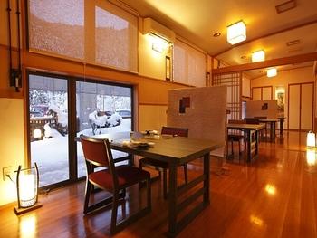 食事をする場所も落ち着いた雰囲気で◎ 館内には自由に利用できる足湯スペースなどもあり、1泊でも心の底からキレイになれそう!
