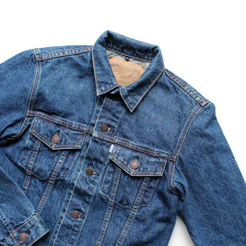 気温が安定しない冬→春はさっと羽織れるアウターがあると便利です。中でもデニムジャケットはどんなスタイルにもなじむので一枚持っておくといいでしょう。肩掛けで着るとこなれ感がアップします。