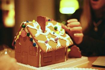 もう一つ、クリスマスを彩るお菓子として有名なのが「ジンジャーブレッドハウス」です。グリム童話『ヘンゼルとグレーテル』に登場する「お菓子の家」は、このジンジャーブレッドハウスがモデルとなっています。