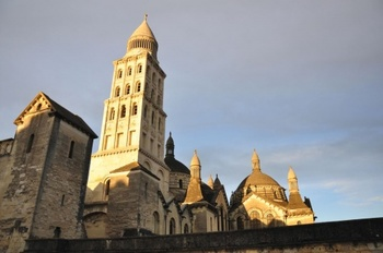 サンフロン大聖堂は街のシンボル的存在。クチュールもこの付近でイーゼルを立て、風景を描いたのでしょうね!