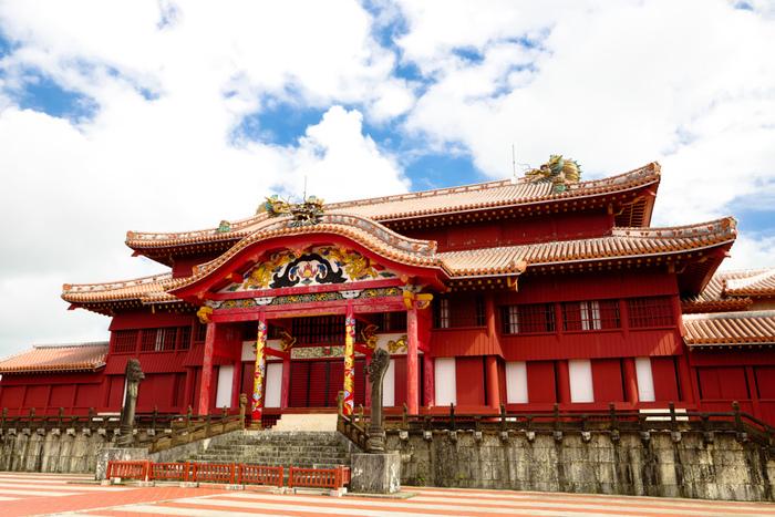 首里城は、2000年に「琉球王国のグスク及び関連遺産」として世界遺産に登録されています。1945年の沖縄戦で焼失し、その後復旧したため、登録は「首里城跡」です。上の写真のは正殿。