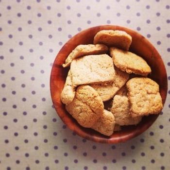こちらは計量の手間いらず!ホットケーキミックスで作る簡単レシピです。サクサクっとした食感がくせになる美味しさ。ジンジャーティーと合わせて、ほっこりティータイムなんていかがでしょうか。