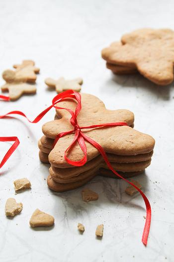 可愛らしく型抜きしたり、おもいおもいにデコレーションを描いたり、家族みんなでワイワイ楽しみながらジンジャークッキーを焼いて、幸せなクリスマスシーズンをお過ごしください♪