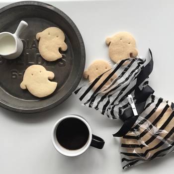 セリアのクッキー型を使ったシンプルな手作りクッキーです。しましまの半透明な袋に入れてあげると大切な人への贈り物にもぴったりですね。