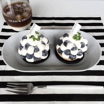 糸島産の大粒ブルーベリーところんと絞り出した生クリームがキュートなケーキを用意して、スペシャルなおやつタイムになりました。ディーン&デルーカのグラスにツートンコーヒーを入れて、さあ、召し上がれ。