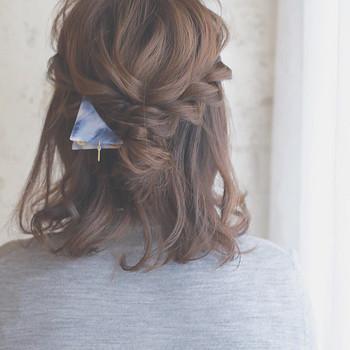 ①サイドから三つ編みを作る。②毛先は中央でクロスさせ、バレッタで止めるだけ。緩めの三つ編みでヴォリューム感のあるヘアセットです。セルフとは思えないゴージャス感が出せます。