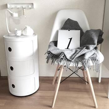 カレンダーの飾り方が面白いですね。無機質になりがちな白い椅子にやわらかな質感のグレーのブランケットをプラスすることで、空間全体がまるく落ち着きました。