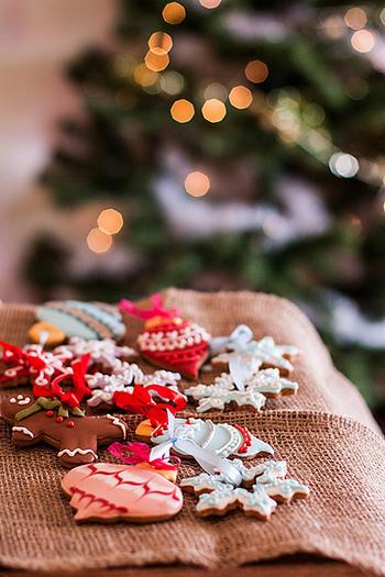 ジンジャーブレッドマンをはじめ、ツリーにサンタ、ゆきだるまなど・・クリスマスを彩る可愛いクッキーの形や、アイシングを使ったデコレーション。おもいおもいにクッキーをキャンバスにしてアイシングを施せば、みるみるうちにクッキーの表情が変わって行きます。ここでは、アイシングの作り方と、いろいろなデコレーションアレンジをご紹介したいと思います!