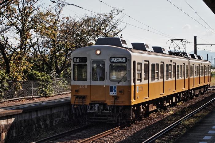なんと100年前から香川県高松市の町や山を走ってきた高松琴平電気鉄道。「ことでん」という名前で親しまれているそうです。レトロな雰囲気がとってもかわいい電車ですよね。仏生山駅では、製造年代や型の違うさまざまな車両に出合う事が出来るとか!鉄道好きな方にはたまりません。