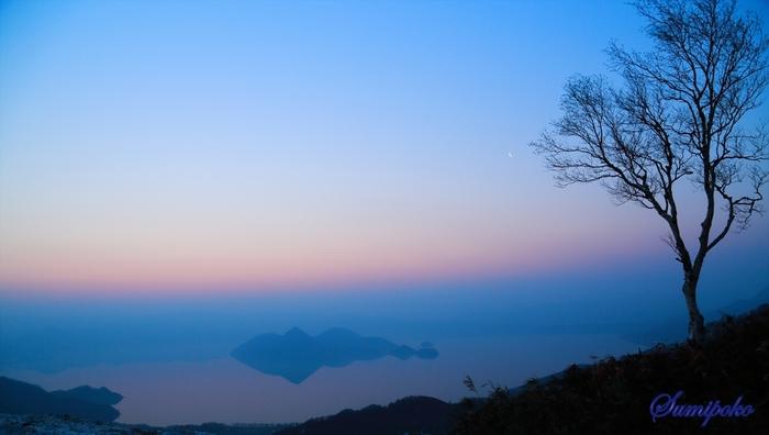 夜明けの洞爺湖。湖面との境がなく、幻想的です。