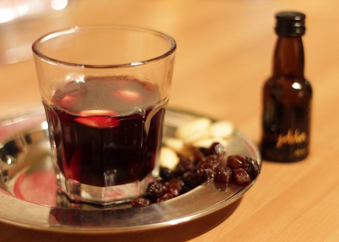 グレッグ(Glögg)と呼ばれるホットワインはクリスマスに良く飲まれます。 アーモンドとレーズンを入れて飲むのがスウェーデン流。シナモンも入っているので身体もぽかぽか。寒い冬には特におすすめです。