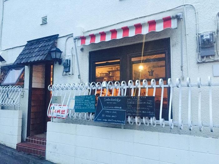 チェコ好きの日本人姉妹が切り盛りしている、チェコの料理とビールのお店です。 ちょっと見ただけでは、レストランとは思えないエントランスです。