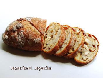 シニフィアンシニフィエのパンは、長時間発酵で加水が多いのが特徴。高温でしっかりと焼かれるため、外側がパリッとした歯ごたえで、中がしっとり柔らか。噛むほどに、ギュッと口の中で伸びるような小麦のうまみを楽しめます。