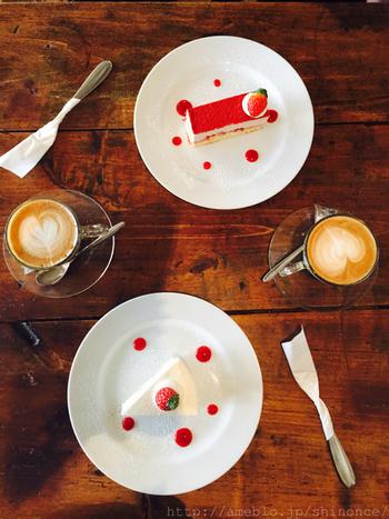 季節の食材が取りいれられたスイーツは全てお店の手作りとのこと。木目のテーブルと真っ白なディッシュってこんなにも相性が良いのですね。