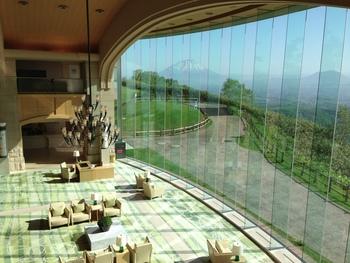 爺の風景をスクリーンのように取り込んだロビーは北海道らしいスケール感ですね。