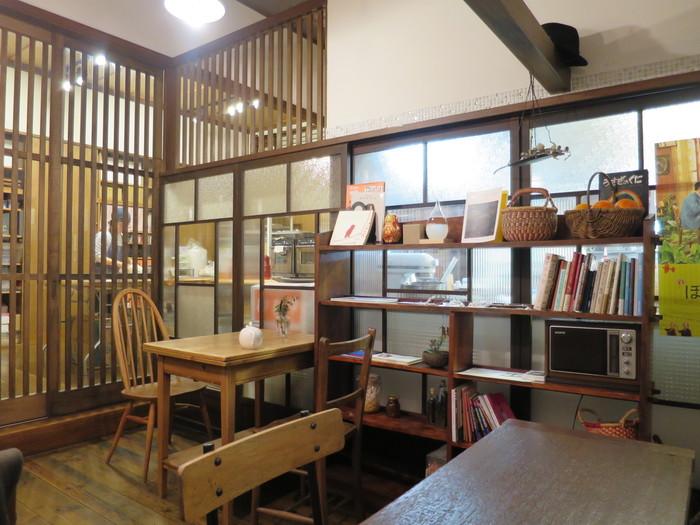 築約50年という趣のある古民家を改装した、浅草で人気の焼き菓子と生菓子のお菓子屋さんです。 小さなスペースですが、購入したケーキやお菓子などをいただける、とても落ち着くイートインスペースもあります。