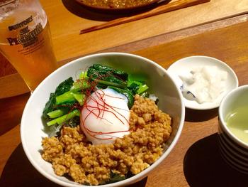 趣きのある築焼く90年の古民家カフェで「温玉そぼろ丼」はいかがでしょうか?とろ~りと流れる卵の黄身とそぼろ飯の相性は抜群ですよ。