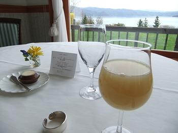 洞爺湖を眺めながら美しい絶品フレンチをいただくという贅沢。