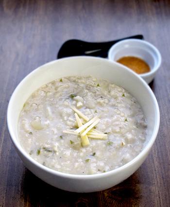 一度炊いたあとのお米を使って作る「入れ粥」。残りご飯をお粥にするから、忙しい時などに簡単で手早く作れるのもメリット。お米は、2度調理された分の水分を含むことになるので、くたくたになり、とろりとした仕上がりに。