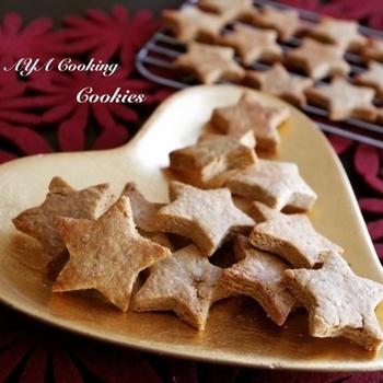 バター少なめ、黒蜜の優しい甘さと、ふわっと香る生姜の香りがたまらないジンジャークッキー。ザクッとした食感は、ついつい食べたくなっちゃう美味しさです。