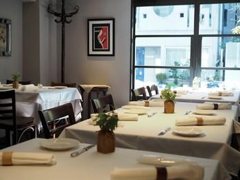 洗練された雰囲気の店内は、さまざまなシーンで活躍してくれるでしょう。カウンター席では、調理の様子を眺めながらお食事ができます。