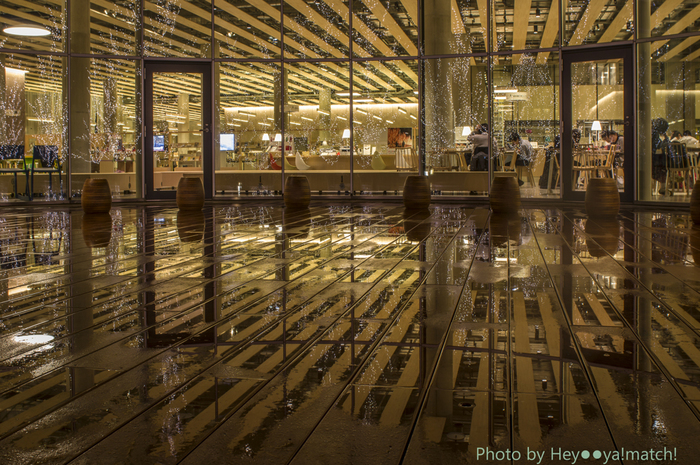 昼間のガラス張りとは全く別の顔を見せる夜の顔。図書館は夜の8時までやっているので、ゆっくり夜訪れるのもいいかも。昼間とは違う大人の時間が広がります。