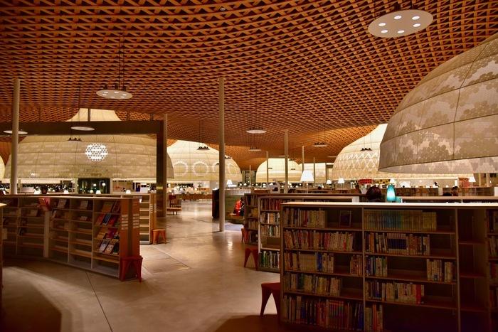 入ると木の香り!図書館のイメージによくある、暗めの蛍光灯とお尻が痛くなる硬い椅子とは無縁の世界です。