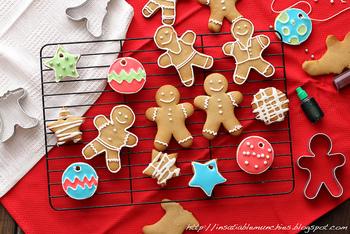 クッキーに穴を開けて焼けば、ツリーのオーナメントになります。可愛らしくて、なんだか食べちゃうのが勿体ないですね!