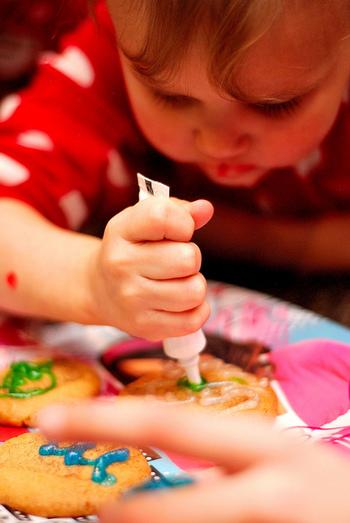 アイシングはお子さんと一緒に楽しむと、良い思い出になりますね。食べられるクッキーに自由に絵を書くという作業は、きっと良い体験にもなるのではないでしょうか…自分で絵を書いたクッキーを食べる時の子供の笑顔が思い浮かびます♪