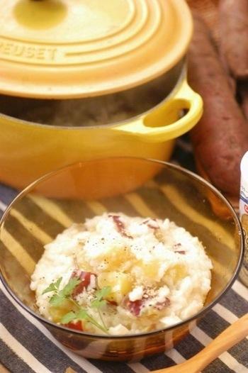 秋は白米に炊き込む「炊き込みご飯」が美味しい季節。白米にも合うんですから、お粥にだって合う!を証明してくれるのが、このほっこりさつまいものミルク粥。粉チーズとお米、ほくほくのさつまいもが体に優しくあったまります。