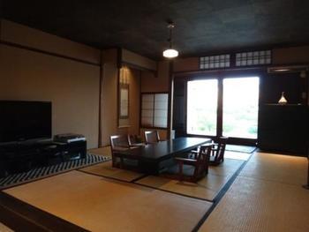 7棟の宿すべて、老舗旅館や料亭が軒を連ねる東山の名刹の近くに佇み、情緒あふれる京都の魅力満点。 こちらの写真は「鴨川邸」の和室。趣たっぷりで、貸し切るにはもったいないほどの、贅沢なプライベート空間ですね。