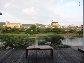鴨川を一望できテラスも付いているので、ベンチにすわって、ゆっくりと景色を楽しんでみてはいかがでしょう。