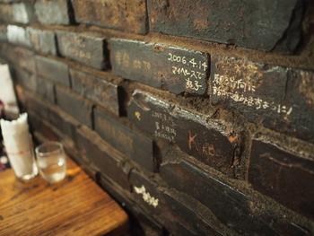 石造りの壁には所狭しと来店者のメッセージが。中には著名な人のものもあり、お店の雰囲気に馴染んでいてインテリアの一部のように見えます。