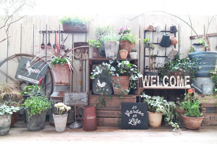 小さいスペースでのポタジェガーデンには、ガーデンラックがお役立ちです!見せたくないものを隠しつつ、鉢やバスケットをお好みで並べて、立体的な空間を作る事が出来ます。