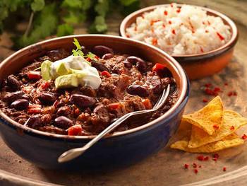 食欲そそる彩りで見るからに美味しそう。チリコンカンは、他に「チリコンカーン」やスペイン語で「チリコンカルネ」とも呼ばれることもあります。
