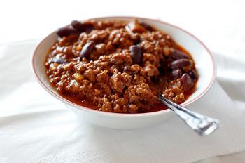 ちなみに、チリコンカンとよく比較される、唐辛子と豆を使った料理「チリビーンズ」。