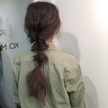 髪を低めの位置でひとつ結びにして、そのまま連続で3回くるりんぱをするだけ! ゴムの結び目をかくすようにすると◎