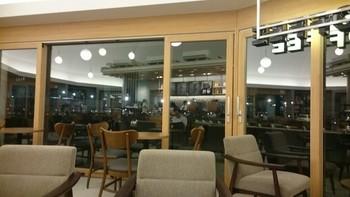 スターバックスもこの図書館のイメージでデザイン設計されているので、とても落ち着く空間の1つです。