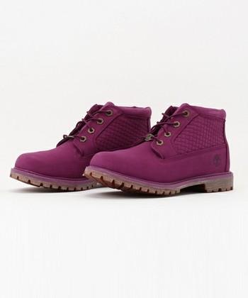 通称・イエローブーツと呼ばれるウィート(小麦)色のブーツが印象的なティンバーランドですが、ブルーやレッド、パープルなどのカラーブーツも人気です。