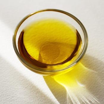 ククサの表面の油分は、使っていくうちに落ちていきます。白樺の木肌が目立つようになったら、グレープシードオイル、オリーブオイル、クルミ油、蜜ロウなどの天然オイルを少しずつ柔らかい布に染み込ませ、ゆっくりと刷り込んでいきます。