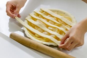 冷凍パイシートを使ったことはありますか? 冷蔵庫で解凍し、あとはパイの生地として自由に使うことができる冷凍パイシート。とっても簡単で使いやすく、用途の幅が広いんですよ。  今回はそんなパイシートを使ったスイーツのレシピやアイディアをご紹介いたします。