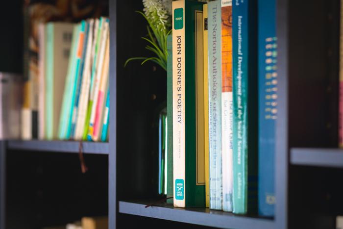 一度読んだきりで手を付けていないものは、すでに本としての役目を終えているので「捨て時」です。本は消費財ではないのでつい手元に残してしまいますが、結局読まないのであれば意味がありません。