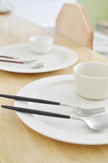 料理や盛り付けでイメージが変えられるので、食器自体はシンプルで多用途なものがいちばん!使い勝手のよいものがあれば、アイテムの数や種類が少なくても十分カバーできます。